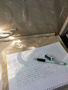 Ecriture d'un texte dans le train.